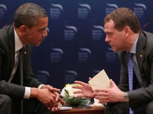 Обама передал Медведеву таинственный конверт