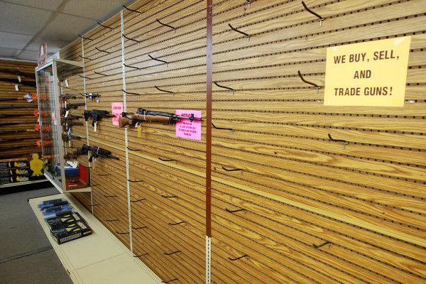 В оружейных магазинах США пустые полки - все оружие раскуплено гражданами
