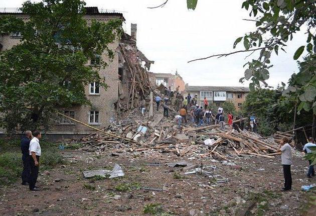 В Снежном от авиаудара разрушен жилой дом
